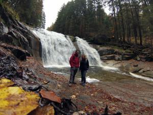 Z siostrą przy Mumlavským Wodospadzie